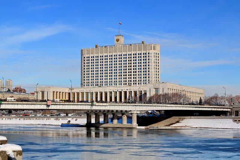 Ponte di Novoarbatsky e Camera di governo della Federazione Russa nell'inverno immagine stock libera da diritti