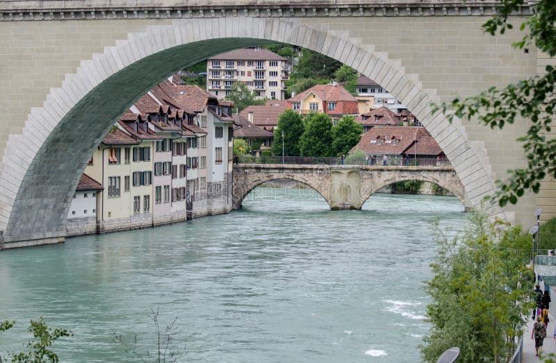Ponte di Nydeggbruecke sopra il fiume Aare Berna, Svizzera fotografie stock libere da diritti