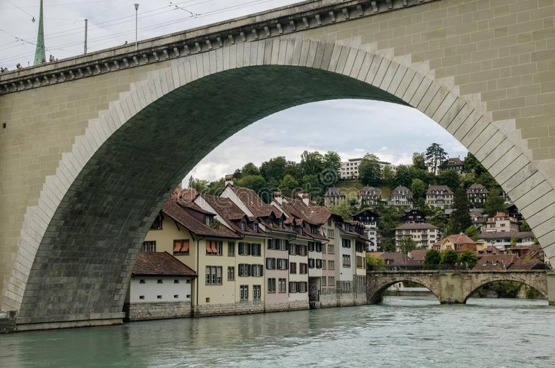 Ponte di Nydeggbruecke sopra il fiume Aare Berna, Svizzera immagine stock libera da diritti