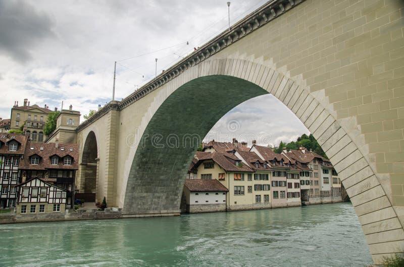 Ponte di Nydeggbruecke sopra il fiume Aare Berna, Svizzera fotografie stock