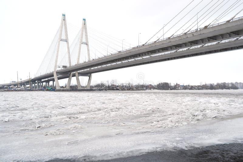 Ponte di Obukhovsky attraverso il fiume di Neva immagini stock libere da diritti