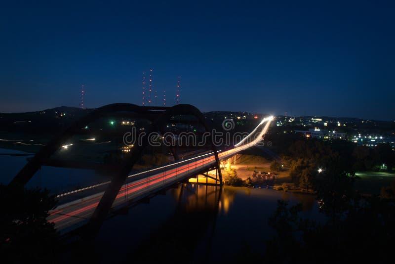 Ponte di Pennybacker di scena di notte di lasso di tempo su 360 in Austin Texas fotografia stock