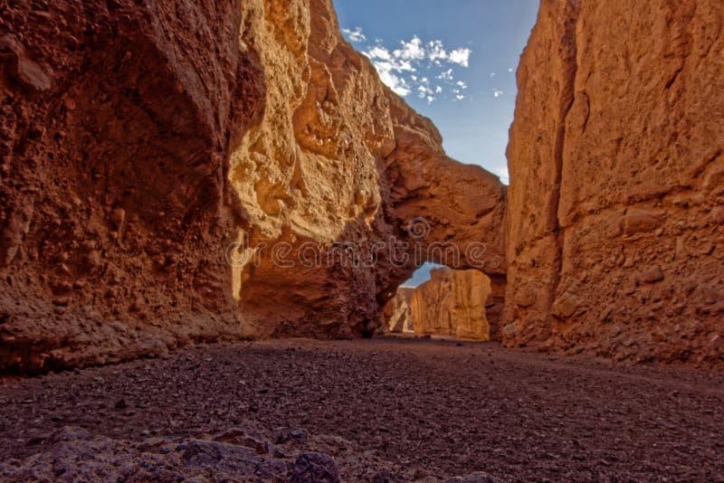 Ponte di pietra in canyon naturale del ponte, parco nazionale di Death Valley fotografia stock