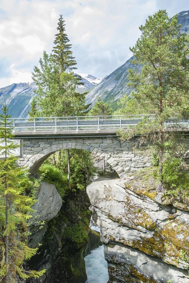 Ponte di pietra dell'arco a Gudbrandsjuvet in Norvegia fotografia stock libera da diritti