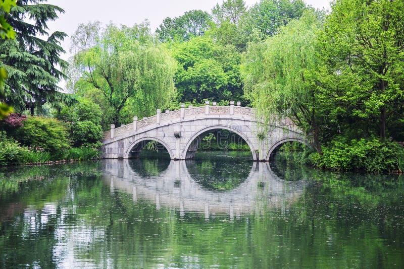 Ponte di pietra dell'arco, paesaggio di Hangzhou, Cina fotografia stock libera da diritti