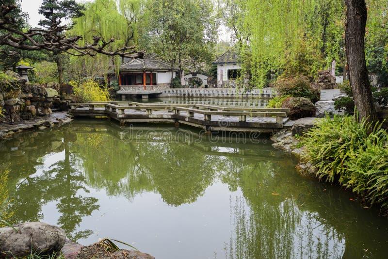 Ponte di pietra di zigzag sopra acqua, Chengdu immagine stock