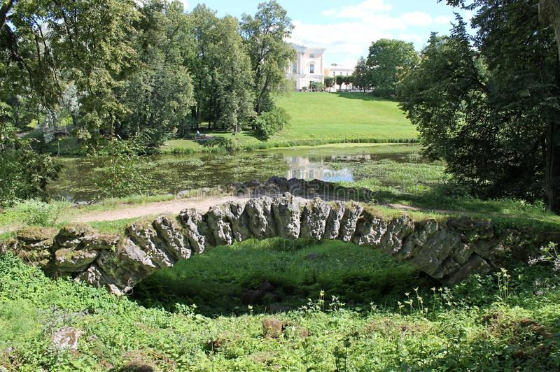 Ponte di pietra a dorso d'asino Parco di Pavlovsky La città di Pavlovsk fotografie stock libere da diritti
