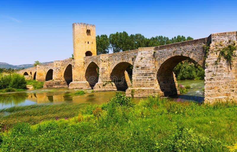 Ponte di pietra medievale sopra l'Ebro Frias, provincia di Burgos fotografia stock