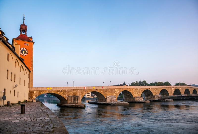Ponte di pietra sopra il Danubio alla Baviera Germania di Regensburg immagine stock
