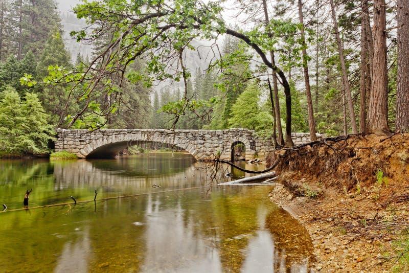 Ponte di pietra sopra il fiume di Merced in Yosemite fotografia stock