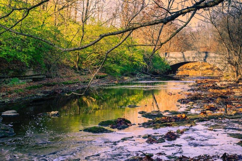 Ponte di pietra sopra un'insenatura di inverno immagini stock libere da diritti