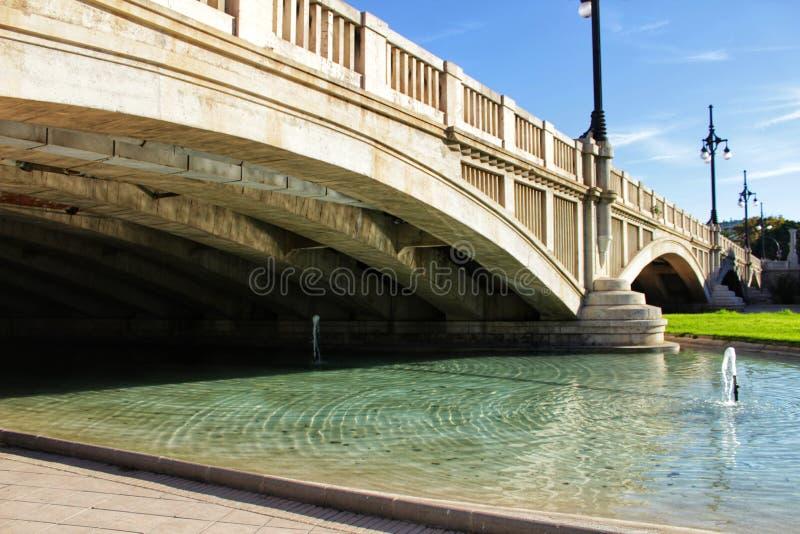 Ponte di pietra sotto cielo blu a Valencia immagini stock libere da diritti