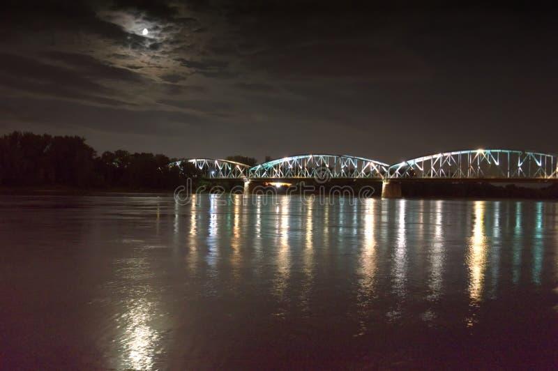 Ponte di Pilsudski a Torum sulla Vistola Vista di notte immagine stock