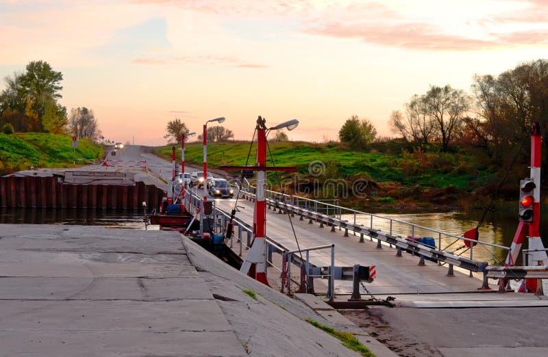 Ponte di pontone al tramonto fotografie stock