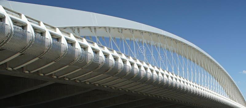 Ponte di Praga Troja - architettura moderna, ponte dell'arco del bowstring sul fiume della Moldava fotografia stock