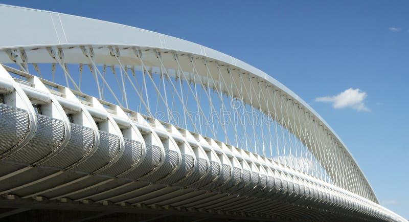 Ponte di Praga Troja - architettura moderna, ponte dell'arco del bowstring sul fiume della Moldava immagini stock