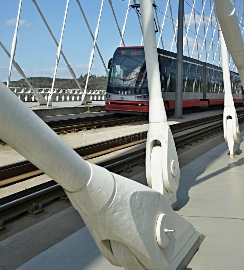 Ponte di Praga Troja con l'incrocio del tram - architettura moderna, ponte dell'arco del bowstring sul fiume della Moldava fotografia stock libera da diritti