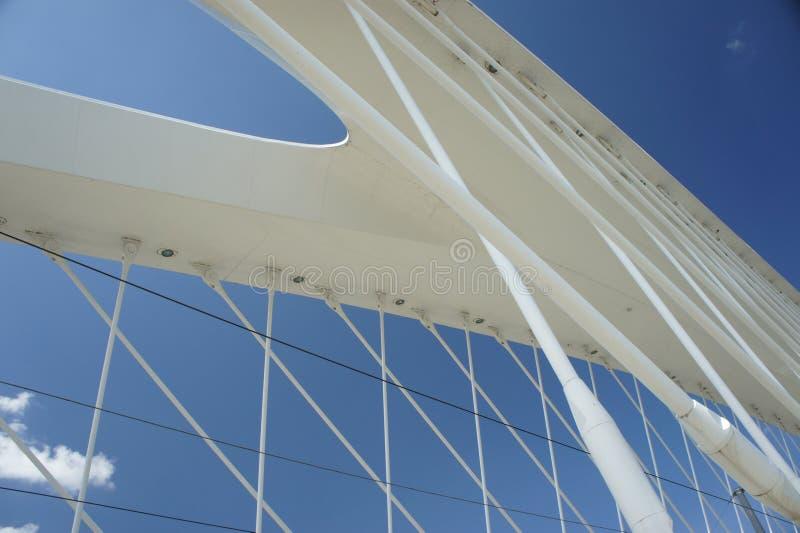 Ponte di Praga Troja - dettaglio della parte superiore, architettura moderna, ponte dell'arco del bowstring sul fiume della Molda fotografie stock