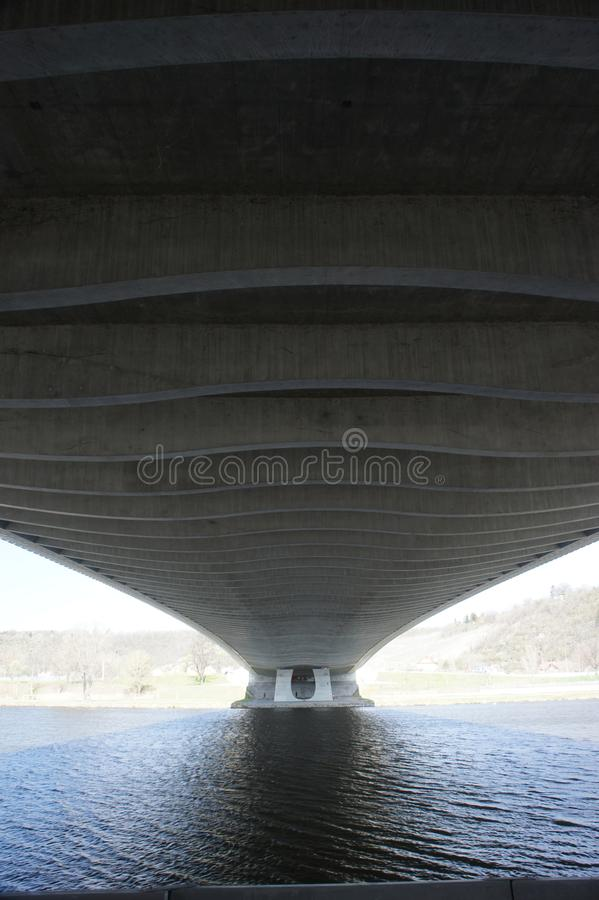 Ponte di Praga Troja - parte inferiore, architettura moderna, ponte dell'arco del bowstring sul fiume della Moldava fotografia stock