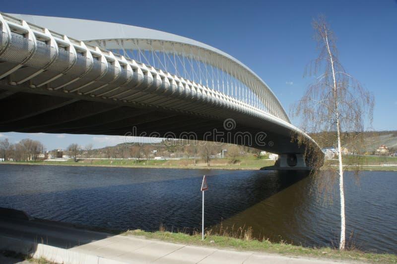 Ponte di Praga Troja - vista del fiume - architettura moderna, ponte dell'arco del bowstring sul fiume della Moldava immagine stock libera da diritti