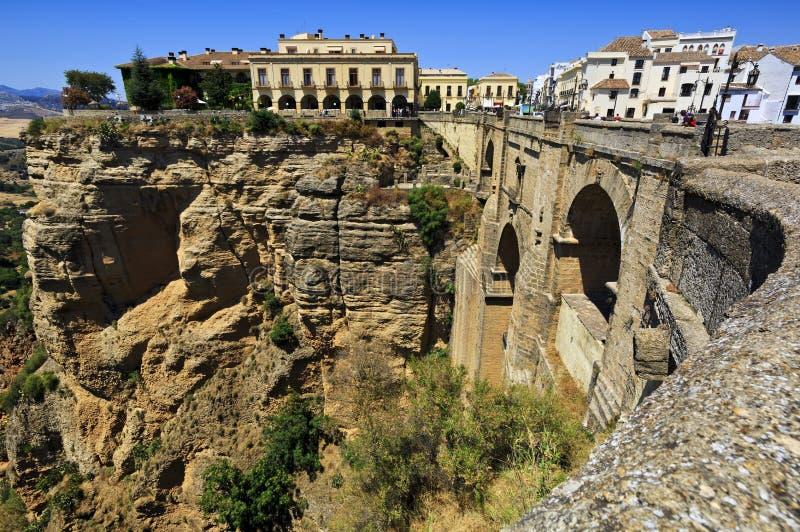 Ponte di Ronda, uno dei villaggi bianchi più famosi di Malaga, l'Andalusia, Spagna fotografie stock