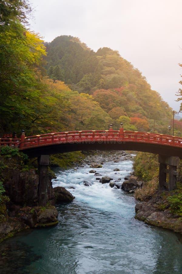 Ponte di Shinkyo con la corrente dell'acqua nella foresta di autunno a Nikko, Giappone fotografia stock