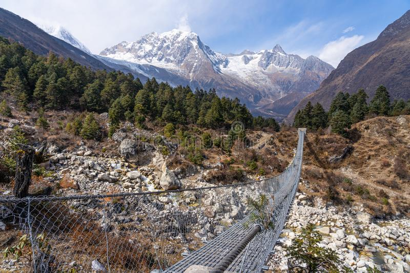 Ponte di Suspenion in itinerario di trekking del circuito di Manaslu, catena montuosa dell'Himalaya, Nepal fotografia stock libera da diritti