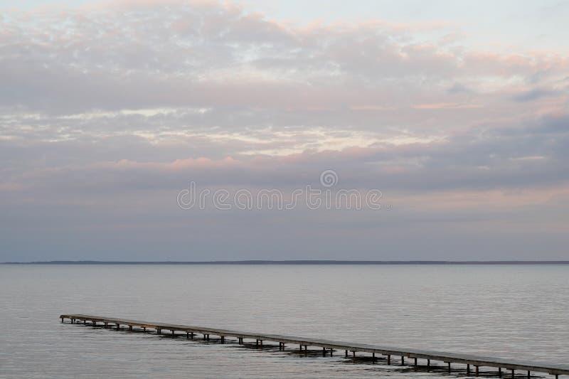 Ponte di tramonto del lago fotografia stock
