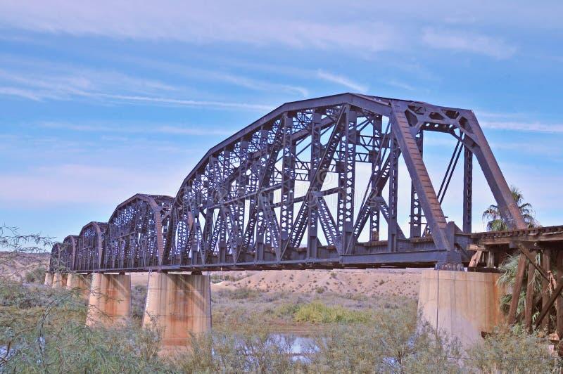 Ponte di trave d'acciaio attraverso il fiume Colorado fotografia stock libera da diritti