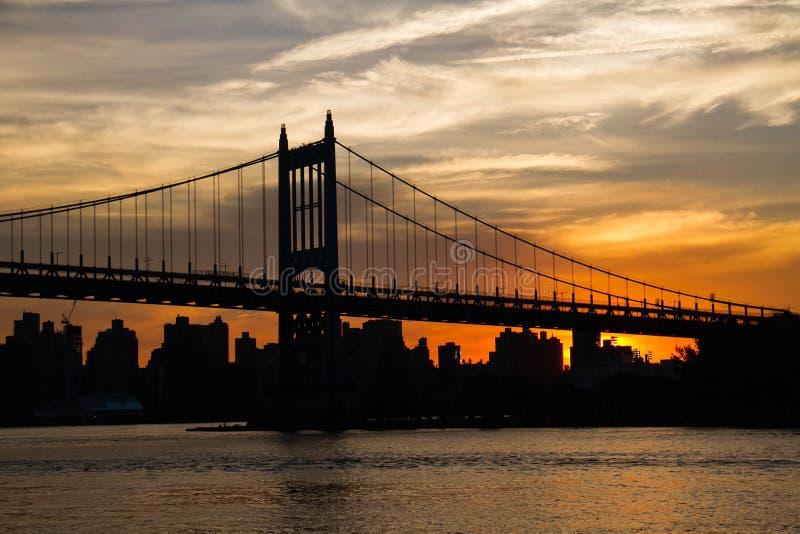 Ponte di Triborough con il cielo nuvoloso di tramonto, New York fotografia stock