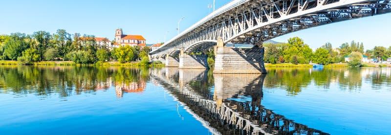 Ponte di Tyrs sopra il fiume di Labe in Litomerice il giorno di estate soleggiato, repubblica Ceca immagine stock