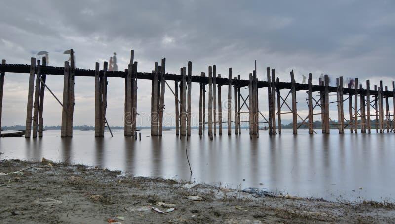 Ponte di U Bein al crepuscolo Amarapura Regione di Mandalay myanmar fotografia stock