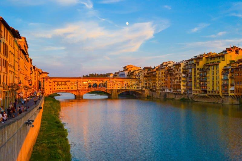 Ponte di Ponte Vecchio Vecchio attraverso il fiume di Arno alla sera fotografie stock