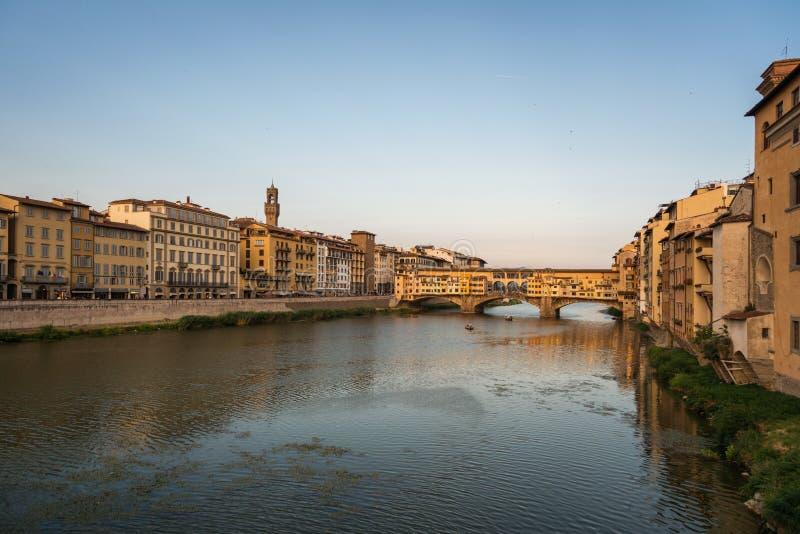 Ponte di Ponte Vecchio sopra il fiume di Arno a Firenze fotografia stock libera da diritti