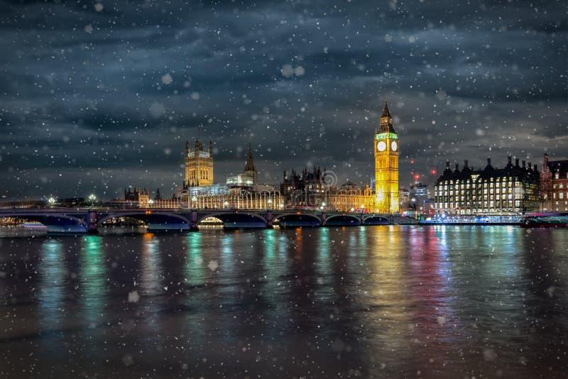 Ponte di Westminster, il Parlamento e Big Ben a Londra su una notte fredda di inverno fotografia stock libera da diritti