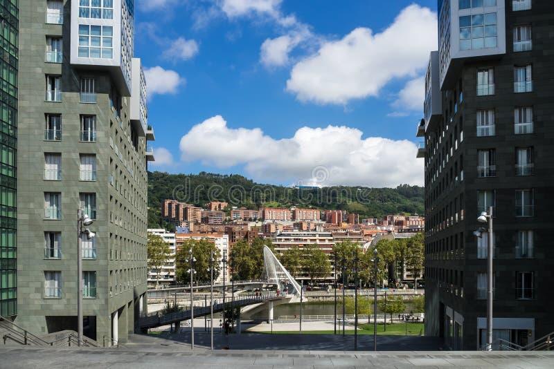 Ponte di Zubizuri attraverso il fiume di Nervion a Bilbao, Spagna fotografia stock