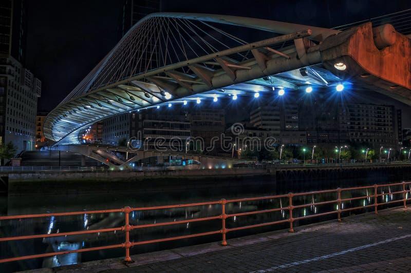 Ponte di Zubizuri sopra il fiume di Nevion a Bilbao, Spagna fotografia stock