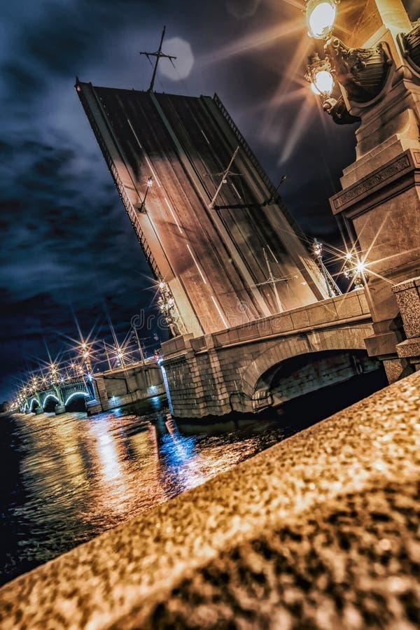 A ponte divorciada da trindade Pontos de turista da excursão em St Petersburg fotos de stock royalty free