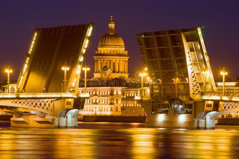 Ponte divorciada do aviso e a abóbada de St Isaac Cathedral, noite St Petersburg fotos de stock royalty free