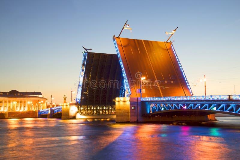Ponte divorciada do palácio com noite branca do luminoso azul St Petersburg fotografia de stock royalty free