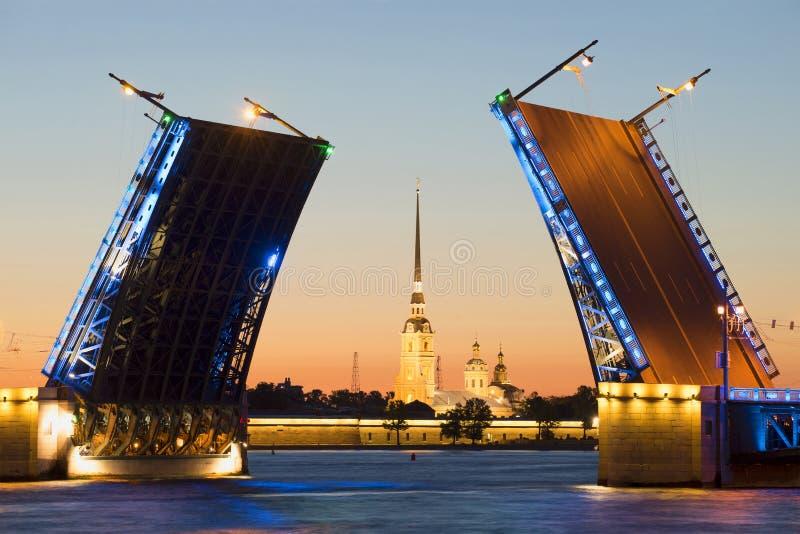 Ponte divorciada do palácio e o Peter e o Paul Cathedral durante as noites brancas St Petersburg imagens de stock