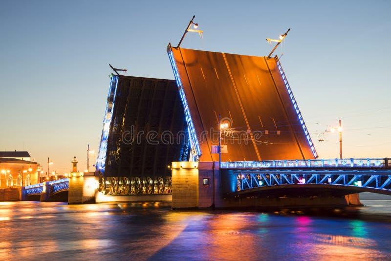 Ponte divorciada do palácio no close up da noite branca St Petersburg fotografia de stock