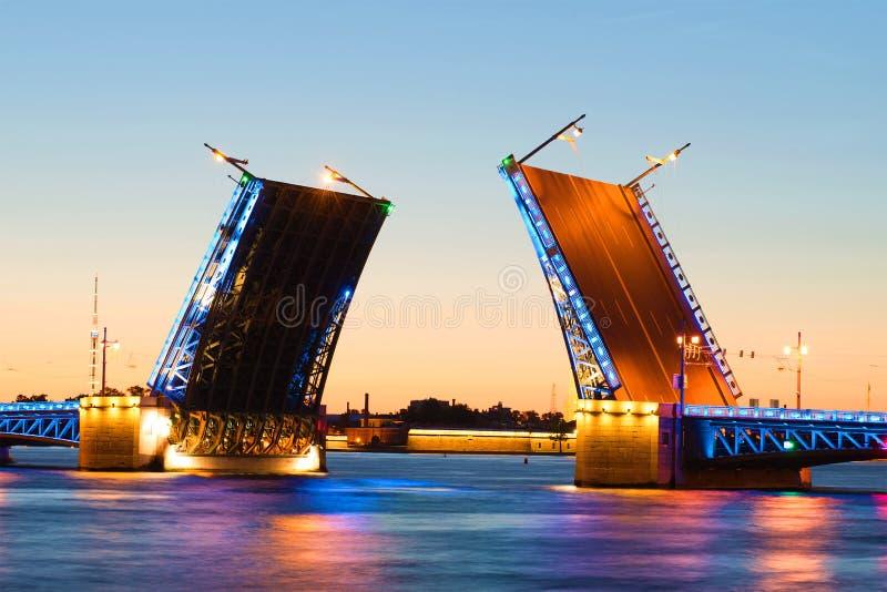 Ponte divorciada do palácio, noite branca de julho St Petersburg Rússia foto de stock royalty free