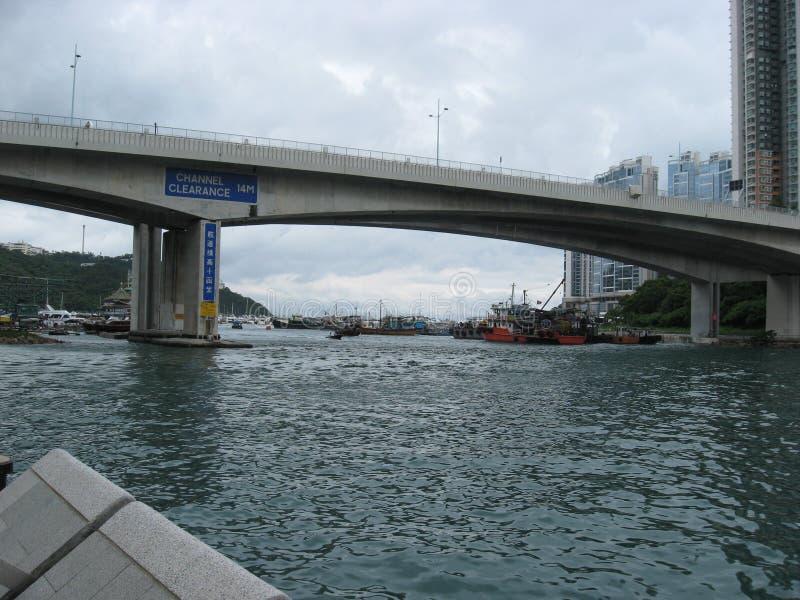 Ponte do Ap Lei Chau, abrigo ocidental do tufão de Aberdeen, Hong Kong imagem de stock royalty free