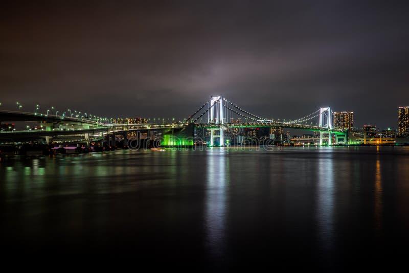 Ponte do arco-íris do Tóquio na noite foto de stock royalty free
