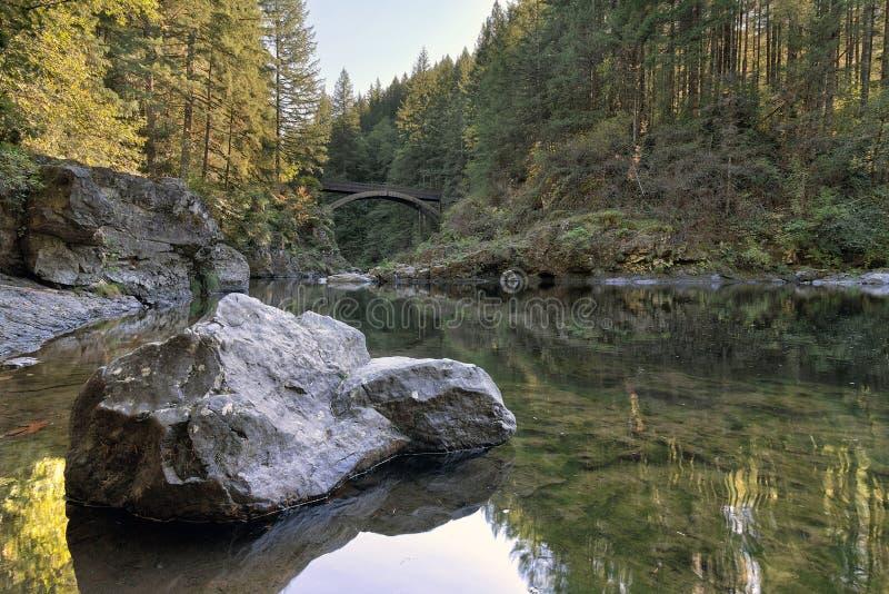 A ponte do arco em Moulton cai parque imagens de stock