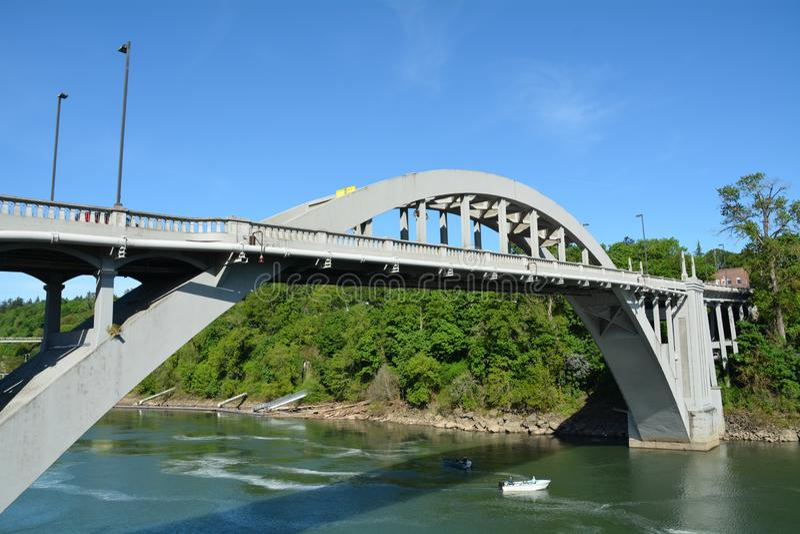 Ponte do arco entre a cidade de Oregon e o oeste Linn, Oregon fotografia de stock royalty free