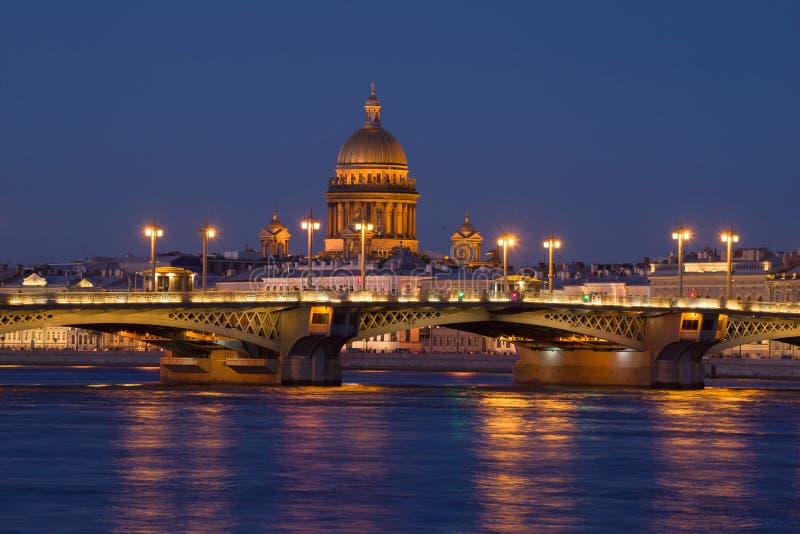 A ponte do aviso e a abóbada de St Isaac Cathedral no cenário da noite St Petersburg, Rússia fotos de stock