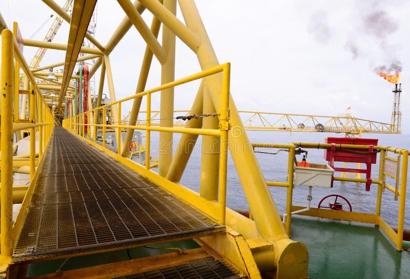 A ponte do caminho da plataforma petrolífera a pouca distância do mar imagens de stock