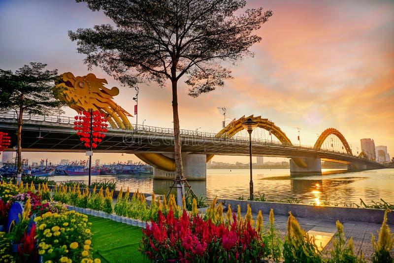 Ponte do dragão em um por do sol bonito com muitas flores fotografia de stock royalty free